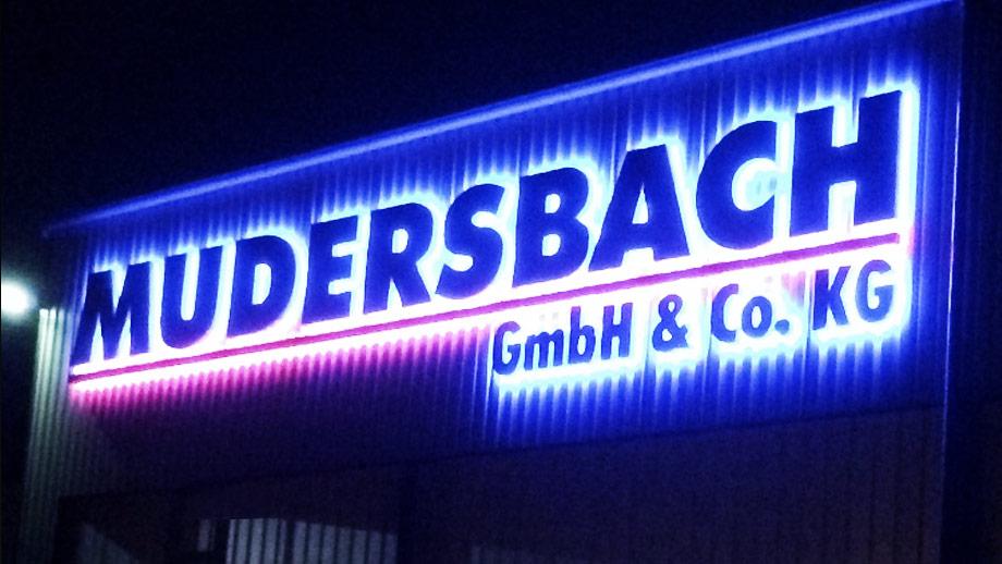Das neue Firmenschild von Mudersbach